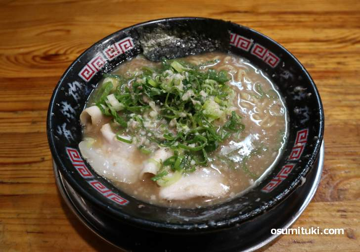 とんこつラーメン 750円(麺かため、味濃いめ、ネギ多め)