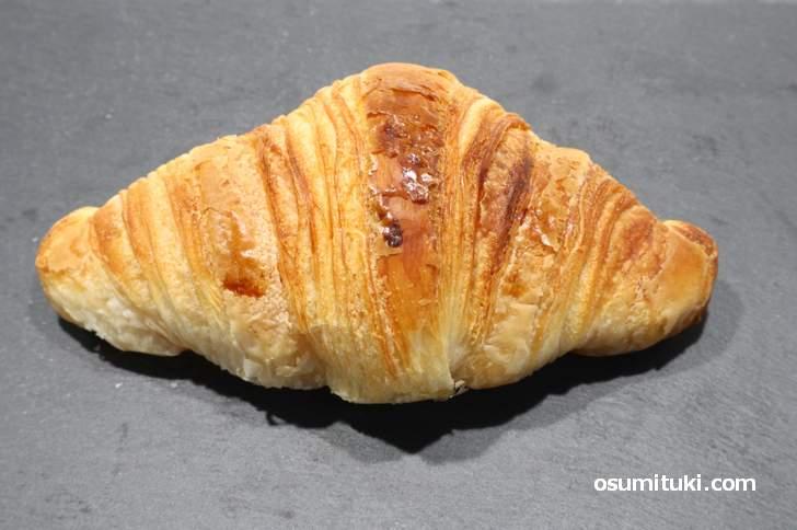 クロワッサン 220円、意外とアッサリ?と思った瞬間にバターのコクを強烈に感じるパン