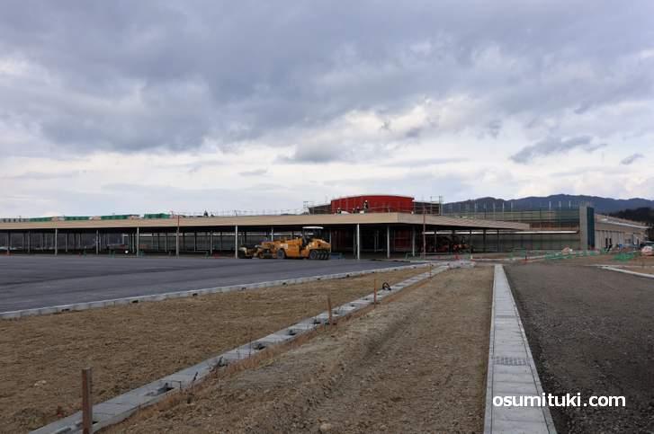 駐車場とガソリンスタンドもあるという生活密着型のお店になる予定です