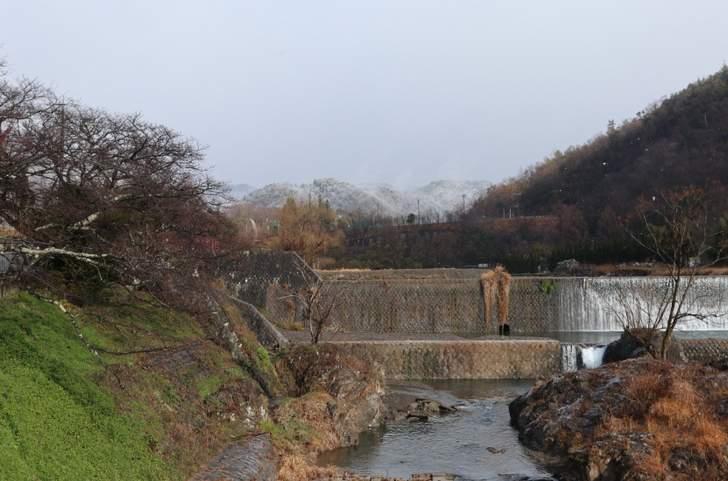 上賀茂から鞍馬方面を見た風景、山に雪が積もっています(2019年1月9日10時15分)