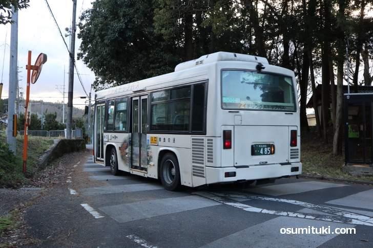 木津市コミュニティバス 当尾線「辻バス停」が最寄りです