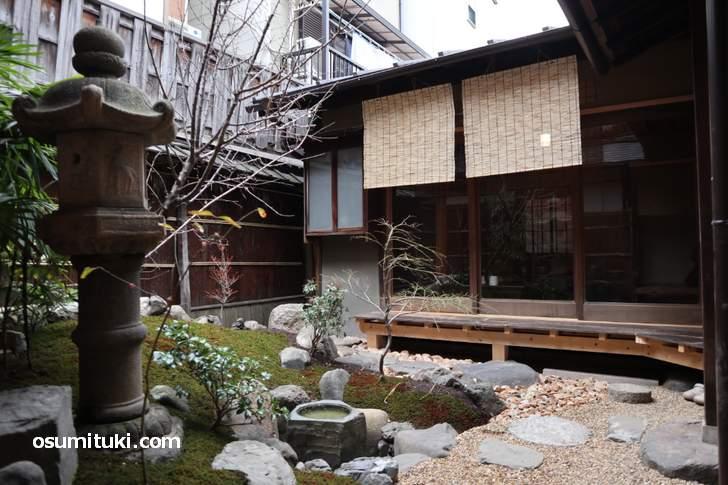 好文舎は京町家の坪庭を眺めながらカフェができるお店です。