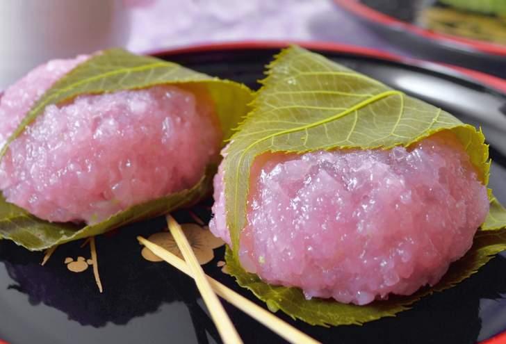 関西の桜餅は道明寺餅を塩漬けの桜の葉で巻いた和菓子です