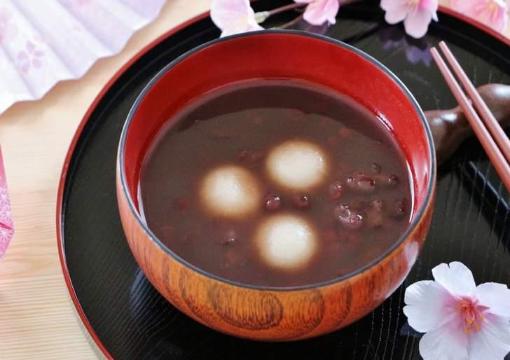 関西では粒あんを使う汁粉を「ぜんざい」と呼びます