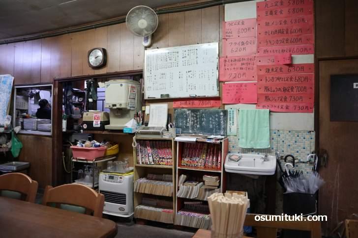 昭和レトロの店内は懐かしい雰囲気でした(丸二食堂)