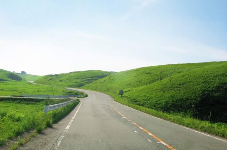 湯布院のやまなみハイウェイは草原地帯を通る道です