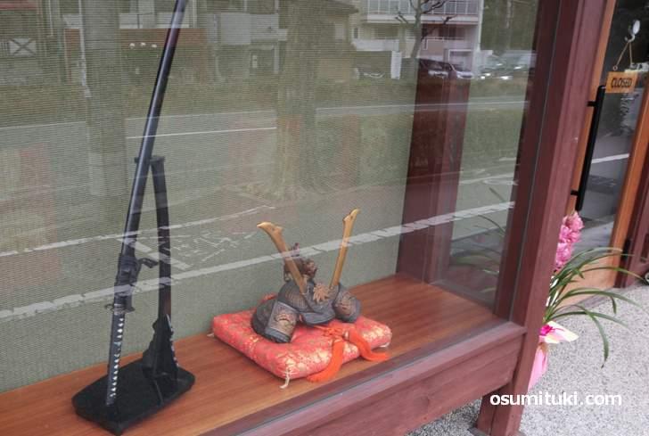 入口のショーウインドウには「刀剣、兜」が展示