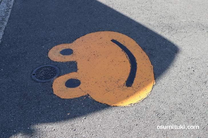 カエルの絵が描かれている京都の道路
