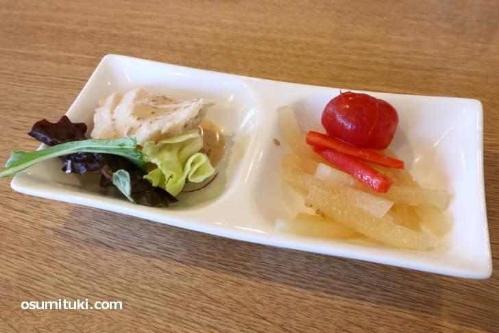 小皿は酢の物と蒸し鶏