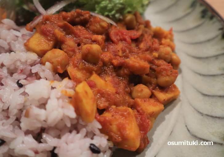 ひよこ豆と里芋、トマトの酸味が雑穀米によく合います