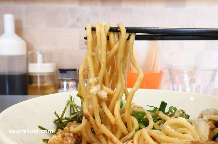 麺はモッチリとした太麺で美味しい(混ぜる前)