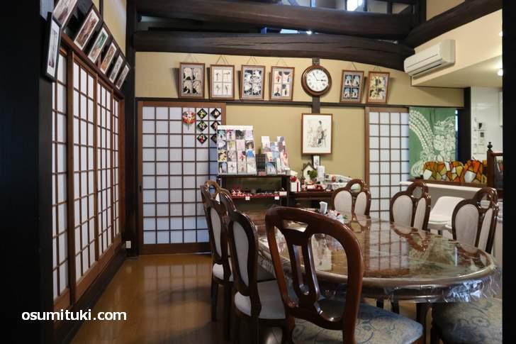 昔は土間だった場所、カフェの一室と台所になっています