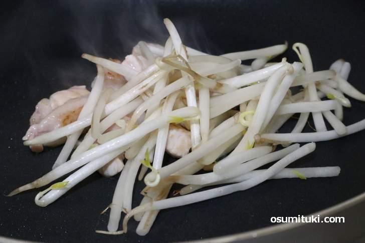 調理(1)豚肉の切れ端とモヤシを先に炒めます
