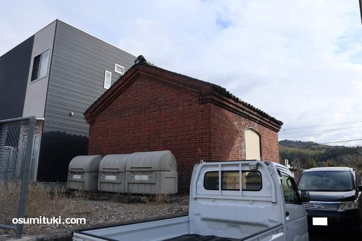 加茂駅ホームからも見える「ランプ小屋」