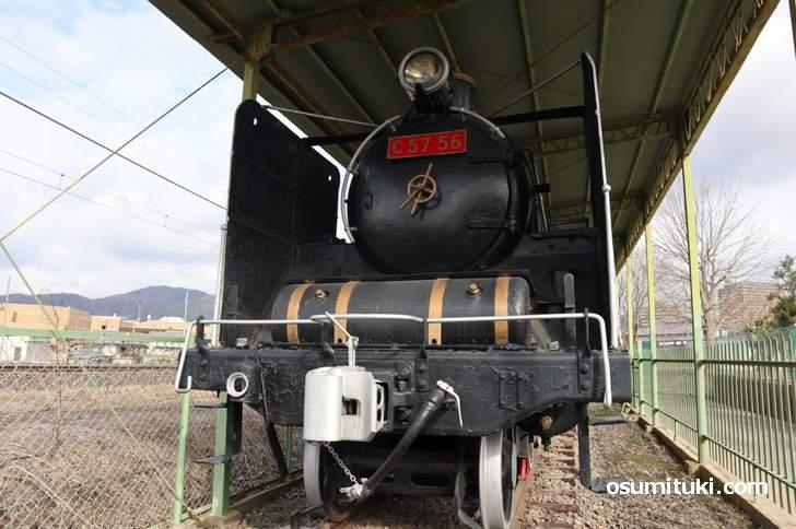 蒸気機関車「C57 56」が関西本線の脇に展示されています