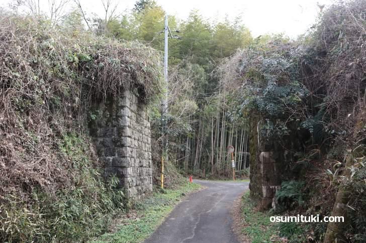 観音寺橋台、大仏鉄道は現在のJR関西本線のすぐ隣りを走っていました