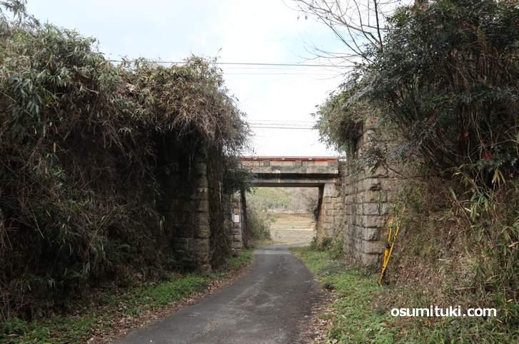 反対側から見ると隣りにはJR関西本線の線路の橋台が見えます