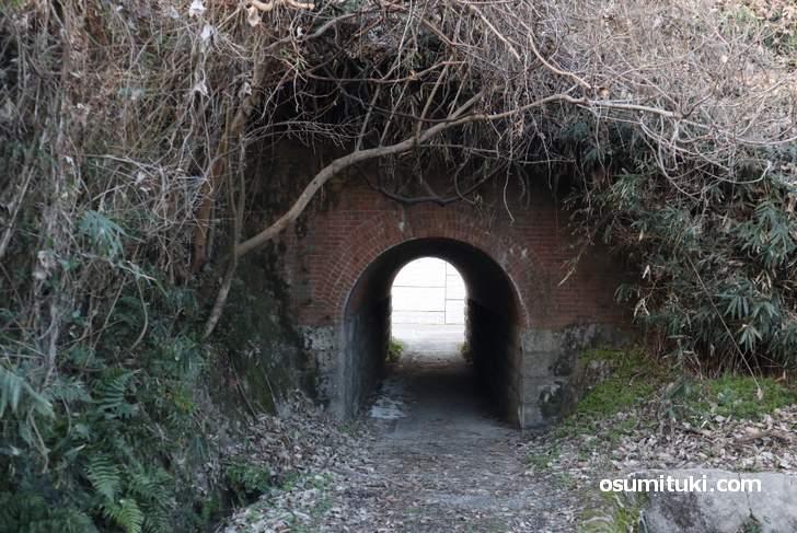 梶ヶ谷隧道、畑の中にありますが反対側は整備されています