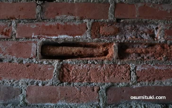 レンガの中には鉄骨のような管が見える(鉄骨煉瓦構造であろうか?)