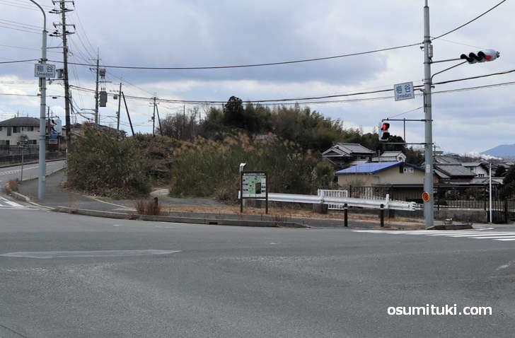 井関川橋梁跡、遺構は残っていませんが面影はあります(梅谷交差点)