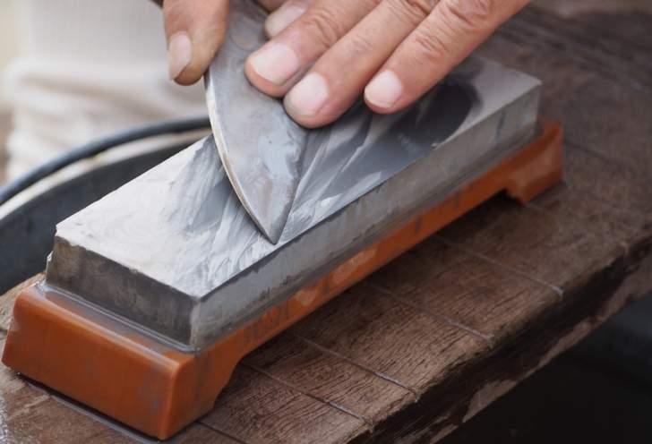40年くらい前までは家庭でも砥石で包丁を研いでいました