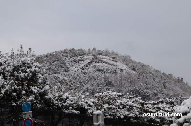 京都・金閣寺「左大文字」は白く雪化粧となりました(2019年1月27日)