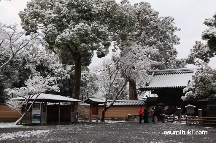 金閣寺では朝7時頃から行列(2019年1月27日7時50分撮影)