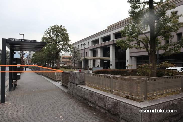 京都地方裁判所の植木がある部分と丸太町通の一部が「桑原町」