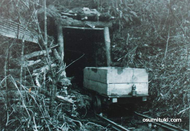 当時のトロッコの写真(亀岡市宮前町神前小巻の砥石採掘坑跡)