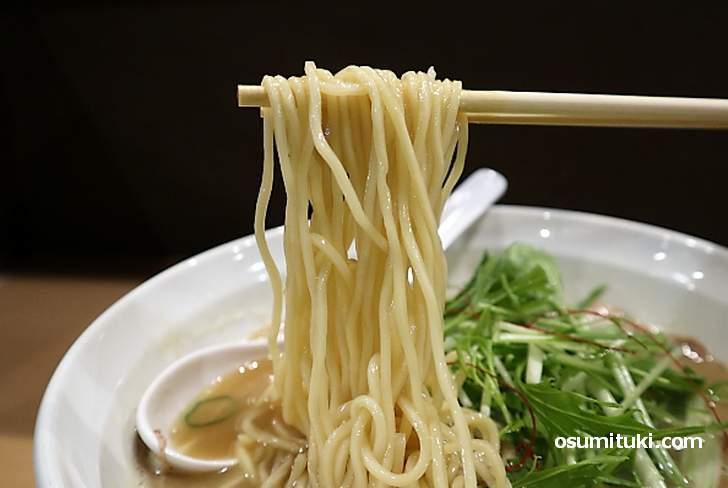 麺は壬生の「松葉屋製麺」の中太麺