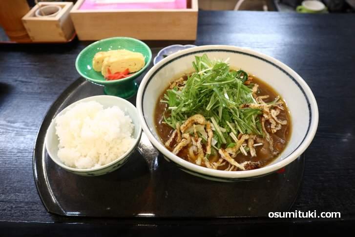 水菜と焼きお揚げが入った独特なトッピングのカレーうどん(昼定食 800円)