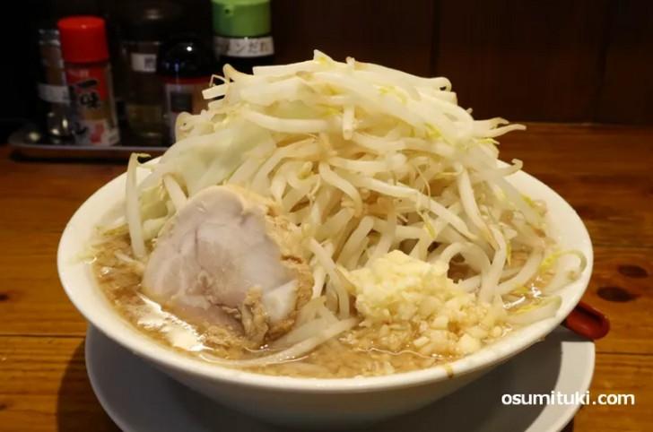 二郎インスパイアの「勇三郎ラーメン」はコクのある豚骨スープに濃口醤油をブレンド