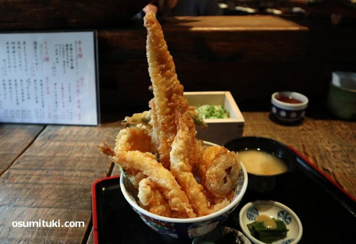 葱や平吉「はみ出し天丼(上)」は穴子1本の豪華な天丼です