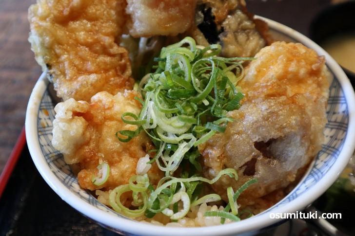 穴子以外に野菜や鶏肉に卵の天ぷら