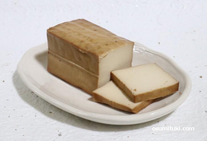 真砂の燻製豆腐(岩豆腐の燻製)、とっても香りのよいスモーク豆腐です