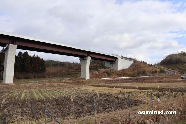 白い棒が無数に刺さった山は京都縦貫自動車道の側道などで見ることができます