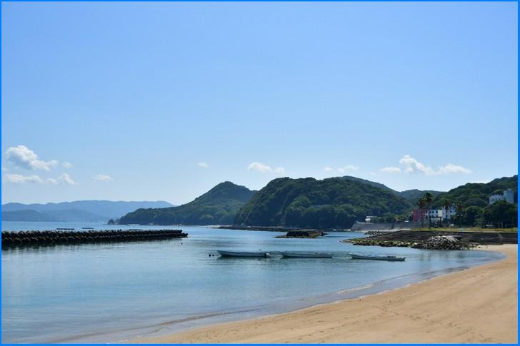 三重県志摩市、伊勢海老などの魚介料理が有名です