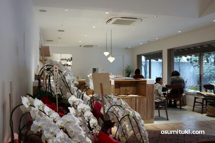 店内は洋風の作りで、日本庭園を見ながらカフェができます(つばらカフェ)