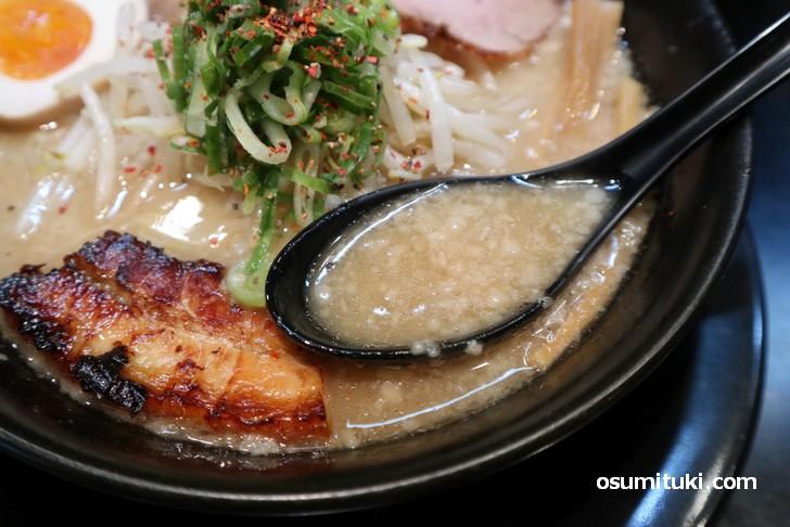 スープは釜で長時間煮込んだ濃厚スープ(豚人 京都一乗寺店)