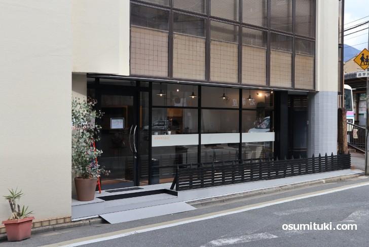 一乗寺駅真横のカフェ「コンヴィヴィアル(.CONVIVIAL)」