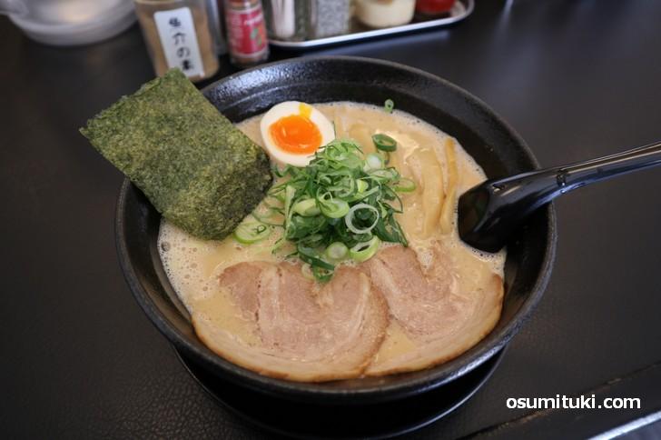 赤味噌と濃厚豚骨スープの合わせ味噌ラーメンです(あらじん)