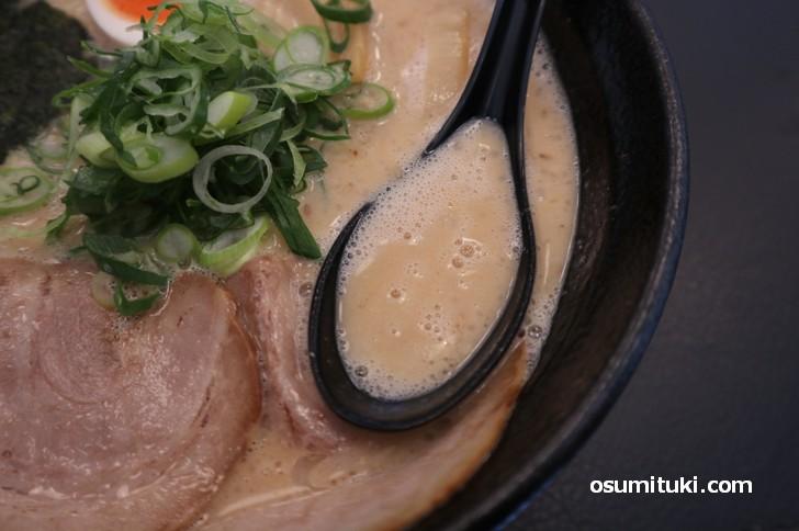 スープはやや泡立ったクリーミータイプ(あらじん)