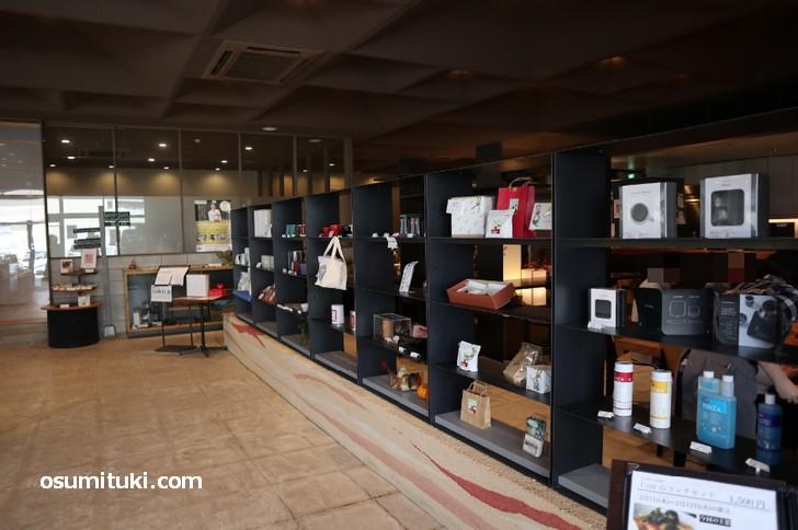 焙煎所、コーヒー豆専門店、カフェいずれも広く風格があります(ウニール本店)