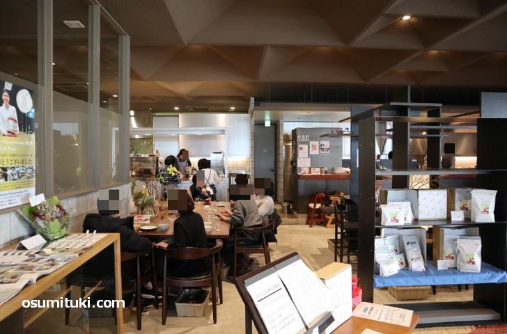 カフェスペースも広く快適です(ウニール本店)