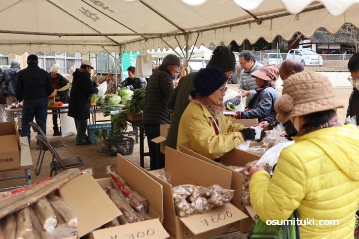 美味しいと評判の当尾野菜を買い求める人々(当尾文化祭)