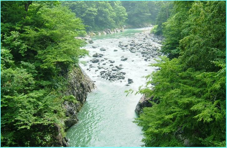 秋山郷を流れる中津川、秘境感が高い地区です
