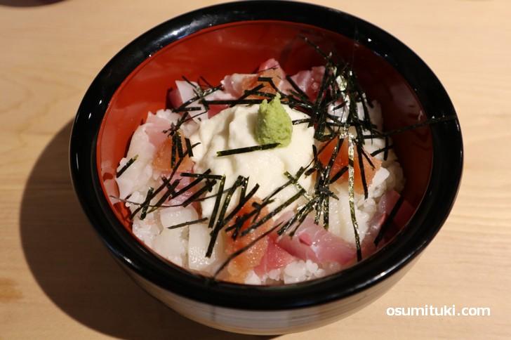 まぐろ とろろ イカの海鮮丼です