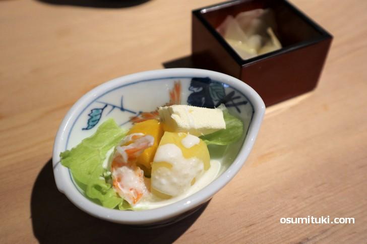 チーズやエビなどを使った小皿とガリ、赤出汁味噌汁も付いてきます