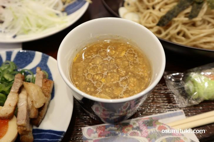 スープは「シジミ+白菜などの野菜」がベースの塩味です