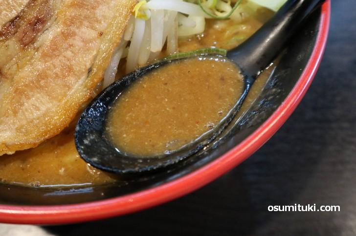 スープは濃厚な豚骨出汁でトロッとしています